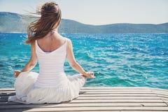 meditating γυναίκα θάλασσας Στοκ Εικόνα