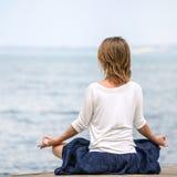 meditating γυναίκα θάλασσας Στοκ φωτογραφίες με δικαίωμα ελεύθερης χρήσης