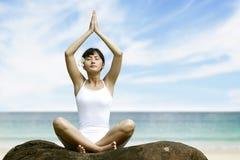 meditating γυναίκα παραλιών Στοκ εικόνες με δικαίωμα ελεύθερης χρήσης