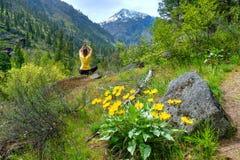 meditating γυναίκα φύσης Στοκ φωτογραφία με δικαίωμα ελεύθερης χρήσης