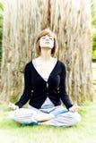 meditating γυναίκα στοκ φωτογραφίες