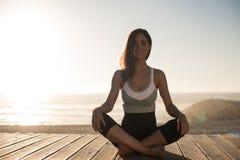 meditating γυναίκες παραλιών Στοκ Εικόνα