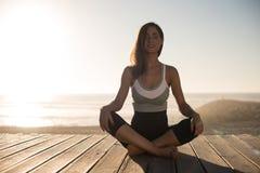 meditating γυναίκες παραλιών Στοκ Φωτογραφία