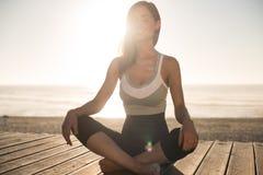 meditating γυναίκες παραλιών Στοκ εικόνα με δικαίωμα ελεύθερης χρήσης