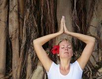 meditating λευκή γυναίκα Στοκ φωτογραφία με δικαίωμα ελεύθερης χρήσης