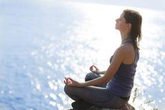 meditating νεολαίες γυναικών στοκ εικόνα