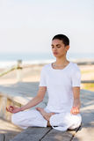 meditating νεολαίες γυναικών Στοκ εικόνα με δικαίωμα ελεύθερης χρήσης