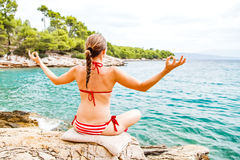 meditating νεολαίες γυναικών Στοκ φωτογραφία με δικαίωμα ελεύθερης χρήσης