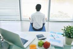 Meditating бизнесмен Стоковые Фото