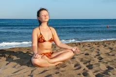 meditating девушки пляжа славный Стоковые Фотографии RF
