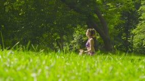 meditating детеныши женщины Стоковое Изображение