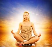 meditating женщина моря Стоковое Изображение RF