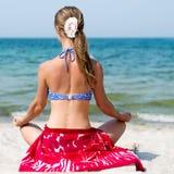 meditating женщина моря Стоковая Фотография RF