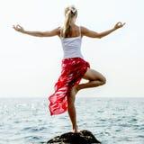 meditating женщина моря Стоковые Изображения