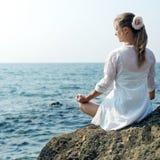 meditating женщина моря Стоковое Фото