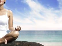 meditating женщина утеса Стоковое Изображение