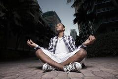 meditating предназначенный для подростков Стоковое фото RF