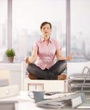 meditating работник офиса стоковая фотография rf