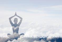 meditating силуэт Концепция двойной экспозиции Стоковые Фотографии RF