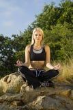meditating γιόγκα γυναικών βράχου & Στοκ φωτογραφίες με δικαίωμα ελεύθερης χρήσης