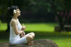 Meditating asiático bonito da mulher ao ar livre Fotos de Stock Royalty Free