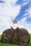 Meditating da mulher nova ao ar livre Fotos de Stock Royalty Free