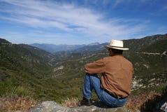 Meditating dell'uomo o pensiero solo fotografia stock libera da diritti