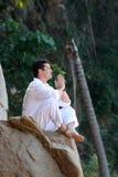 Meditating in het bos Royalty-vrije Stock Foto