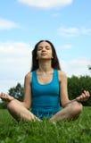 Meditating nella sosta Fotografia Stock Libera da Diritti