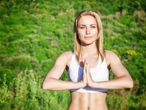 meditating outdoors женщина Стоковое Изображение RF