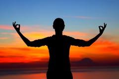 meditating outdoors женщина Стоковое Изображение