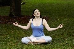 Meditating - posa di yoga fotografia stock libera da diritti