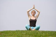 Meditationübung im Freien stockfotos