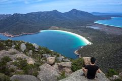 Meditation auf Berg Amos Summit Overlooking Wineglass Bay in Nationalpark Freycinet, Ost-Tasmanien, Australien lizenzfreie stockbilder