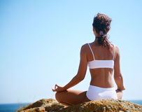 Meditation auf dem Strand stockfotos