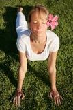 Meditation auf einem Rasen Lizenzfreies Stockbild