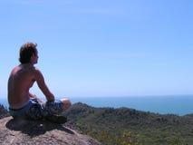 Meditation auf Felsen Lizenzfreies Stockfoto