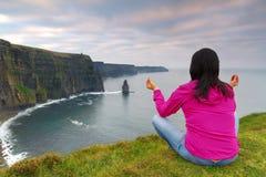 Meditation auf Klippen von Moher Stockfotos