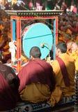 Meditation av tibetana buddistiska munkar under festival Royaltyfri Bild