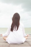 Meditation av unga kvinnor royaltyfri foto