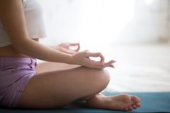Meditation in der einfachen Haltung Lizenzfreie Stockfotos