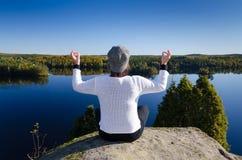 Meditation in der idyllischen Landschaft Stockfotografie