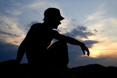 Meditation des Mannes im Sonnenuntergang Lizenzfreie Stockfotos