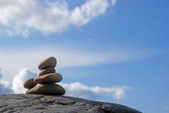 Meditation durch das Meer stockbilder