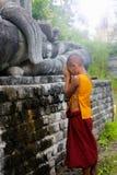 Meditation för vipassana för Oktober 16, 2560 novismunk i Myanmar royaltyfria foton