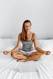 meditation Gesunde Frau, die nach Hause am Morgen meditiert Üben Stockbilder