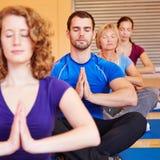 Meditation i en grupp i kondition Arkivbild