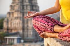 Meditation i Hampi Arkivbilder
