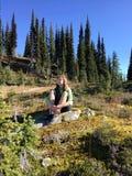 Meditation i natur Arkivfoton