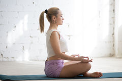 Meditation im sonnigen Raum Stockfotos